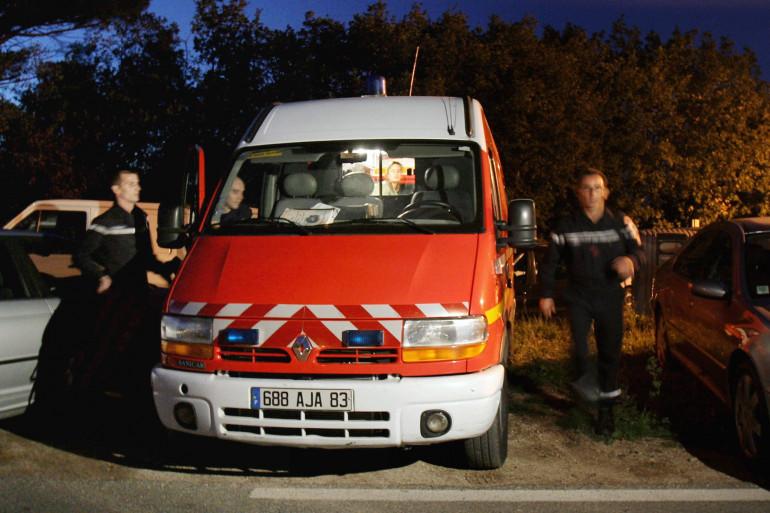 Deux pompiers devant leur véhicule (illustration)