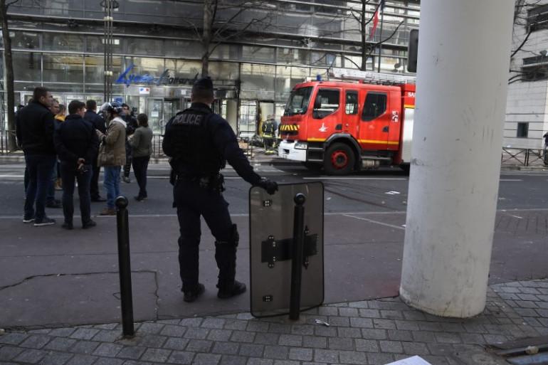 Les pompiers ont dû intervenir pour éteindre le feu devant le lycée Léonard de Vinci à Levallois-Perret le 5 avril.