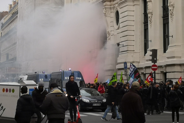 Les manifestants avant d'entrer dans les locaux de BlackRock à Paris