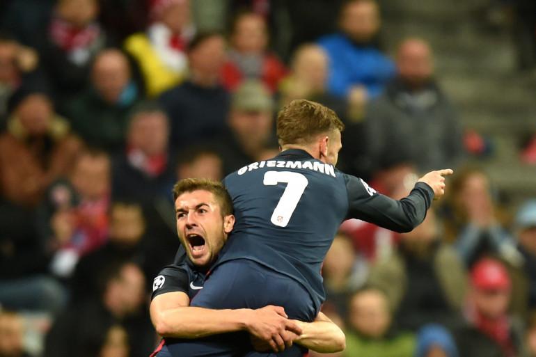 L'Espagnol Gabi porte Antoine Griezmann en triomphe après son but inscrit à la 54e minute