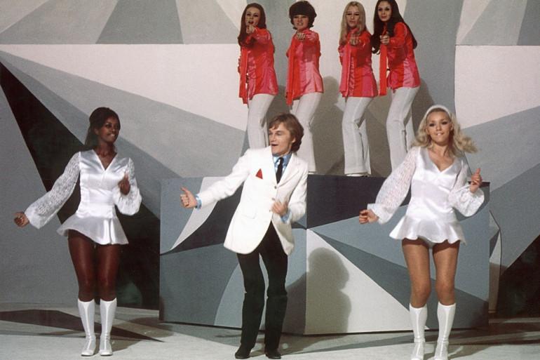 """Le chanteur Claude François danse et chante avec ses """"Claudettes"""" sur le plateau de l'ORTF en octobre 1969"""