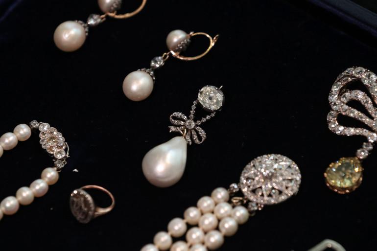 Les bijoux étaient cachés dans un coffre.