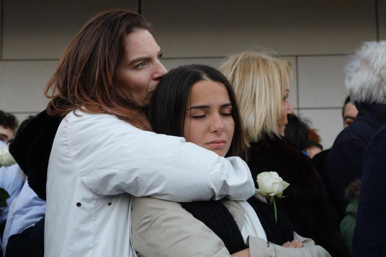 La mère de Cédric Chouviat réconforte une jeune membre de la famille