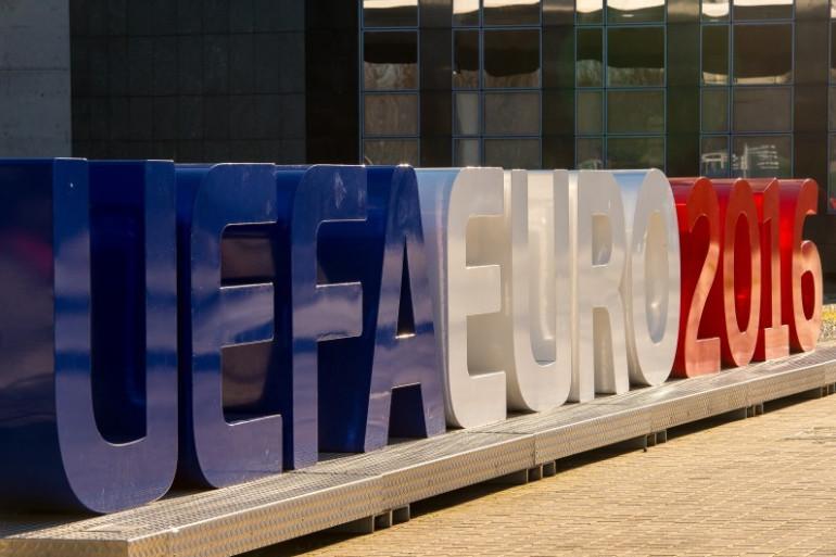 Des lettres géantes symbolisant l'Euro 2016 installées à Lille, le 3 février 2016