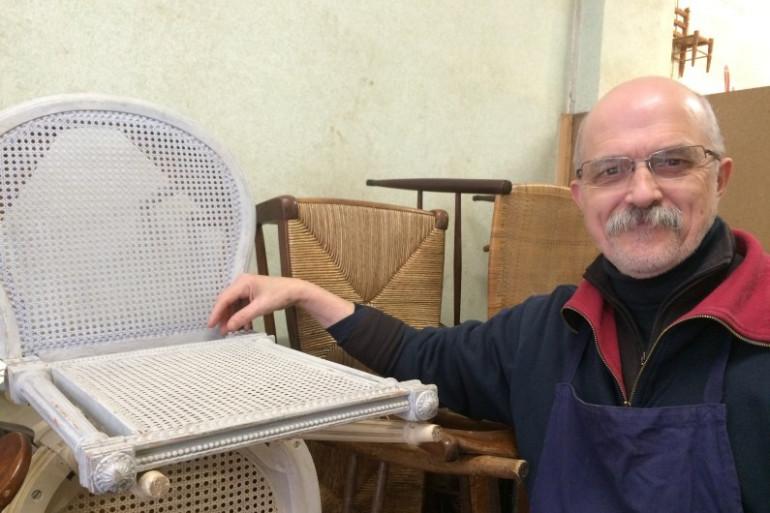 Frédéric Gallin, canneur-rempailleur, dans son atelier parisien