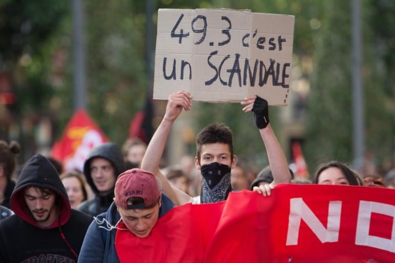 Des personnes manifestent contre le 49-3 le 10 mai 2016 à Nantes