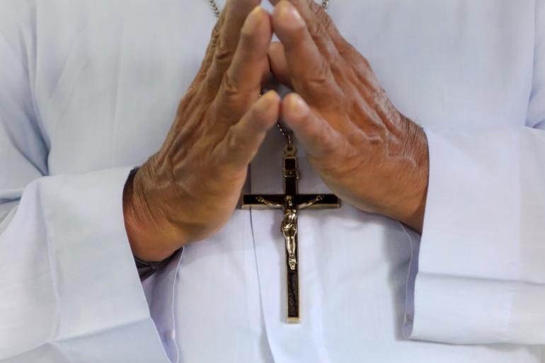 Un prêtre célèbre un office religieux (illustration)
