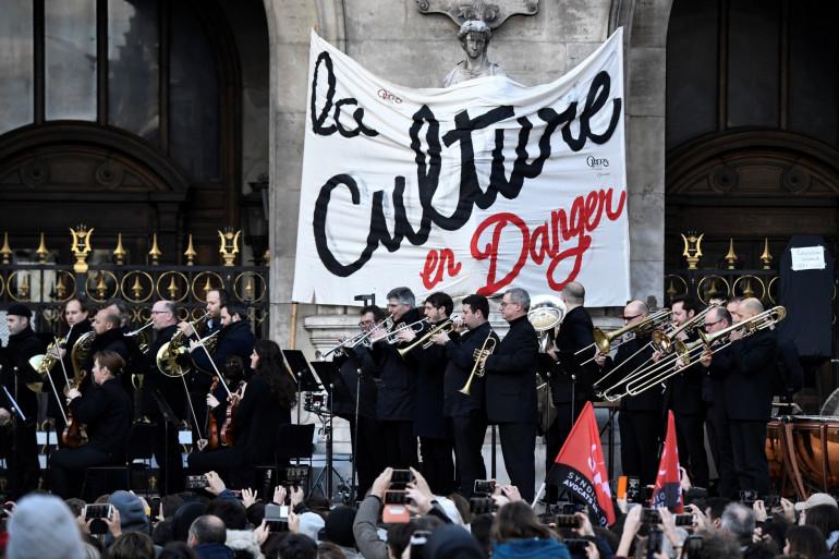 Un nouveau spectacle a été organisé devant l'Opéra Garnier contre la réforme des retraites.