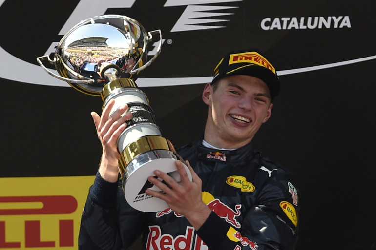 Max Verstappen a soulevé pour la première fois de sa carrière le trophée du vainqueur dimanche 15 mai 2016.