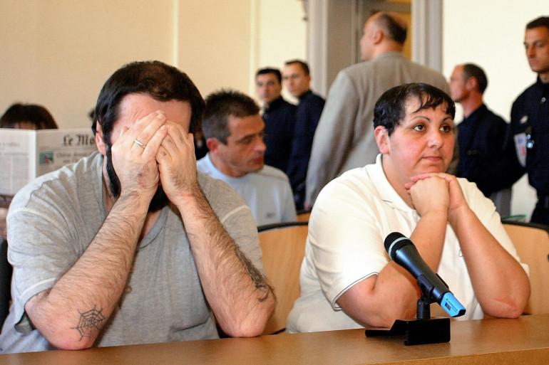 Myriam Delay Badaoui (D), principale accusée dans l'affaire de pédophilie d'Outreau et son mari Thierry Delay attendent le début de l'audience, le 08 Juin 2004 au palais de justice de Saint-Omer.