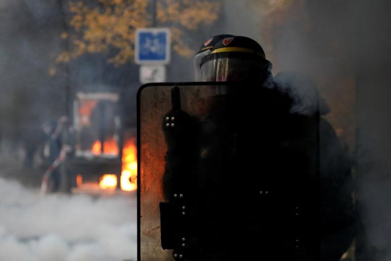 Un policier à Paris, jeudi 5 décembre, lors de la manifestation contre la réforme des retraites.