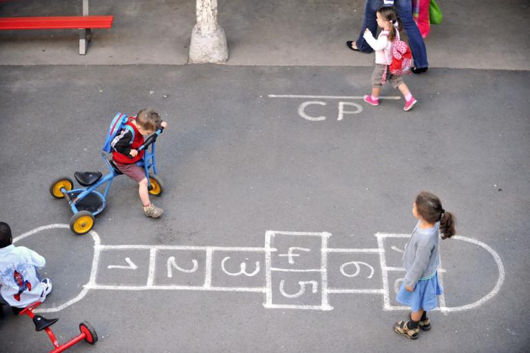 Une cour d'école maternelle (illustration)