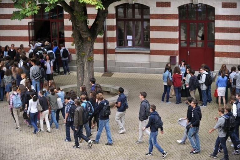 Les élèves d'un lycée, dans la cour de récréation (illustration).