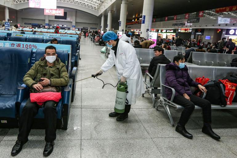 Un homme désinfecte la gare de Yingtan North à Nanchang, en Chine le 22 janvier 2020