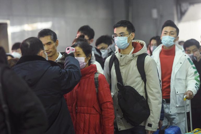 Des habitants provenant de Wuhan contrôlés à la gare de Hangzhou, le 23 janvier 2020