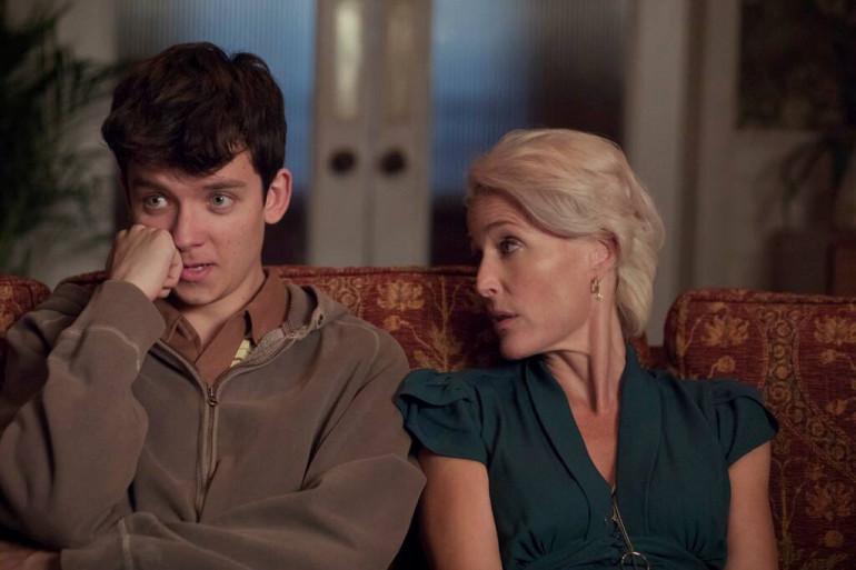 """Otis (Asa Butterfield) et sa mère Jean (Gillian Anderson) dans """"Sex Education"""""""