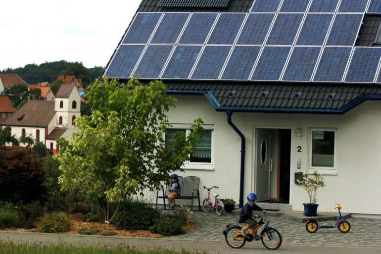 Une habitation équipée de capteurs solaires, le 2 août 2006 à Freiamt