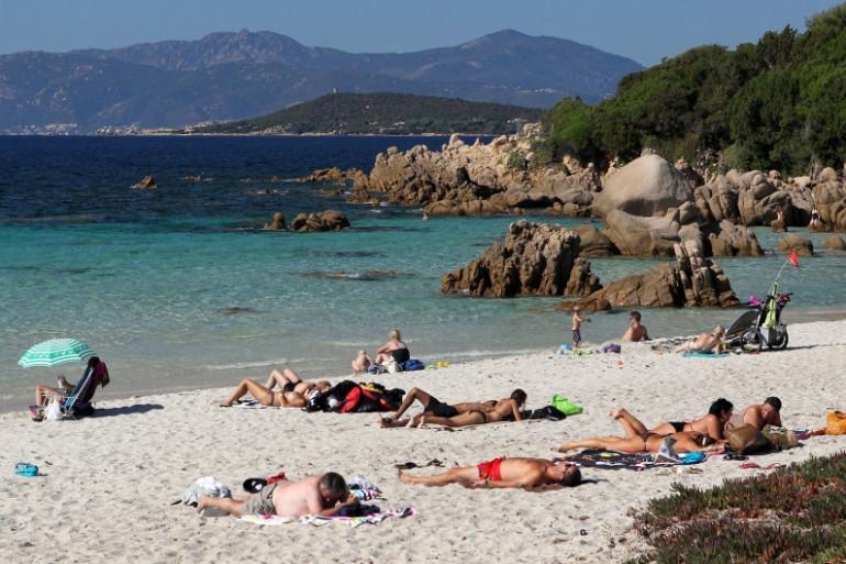Des vacanciers sur une plage (illustration)