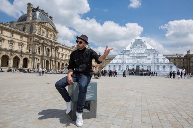 JR devant la Pyramide du Louvre