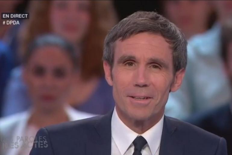 """David Pujadas lors de la dernière émission """"Des paroles et des actes"""" sur France 2 le 26 mai 2016"""