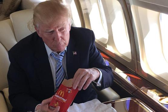 Donald Trump mange un McDo pour célébrer son intronisation côté républicain.