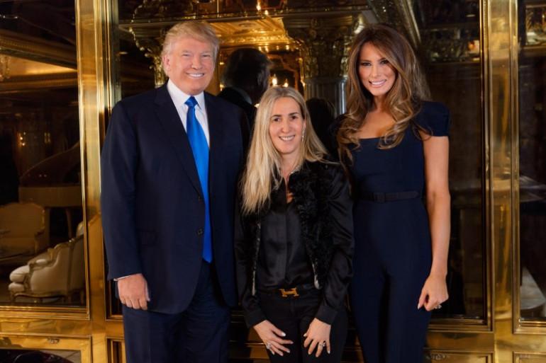 Régine Mahaux entre Donald Trump et son épouse Melania