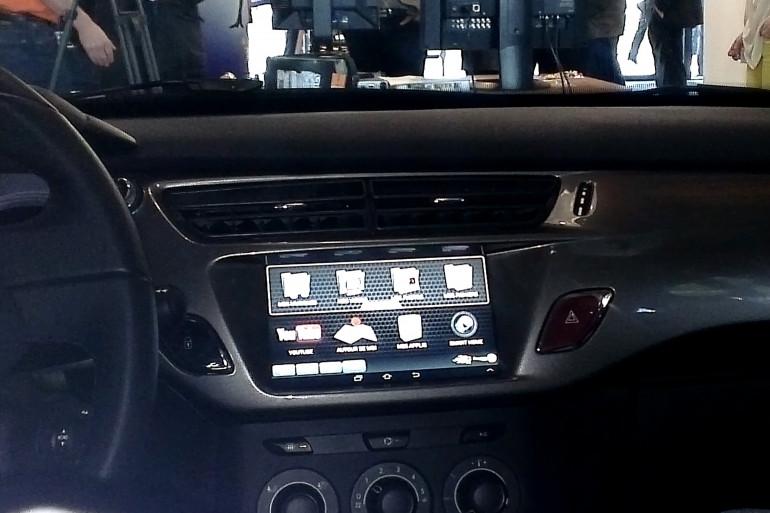 Une tablette tactile intégrée à un tableau de bord (photo d'illustration)