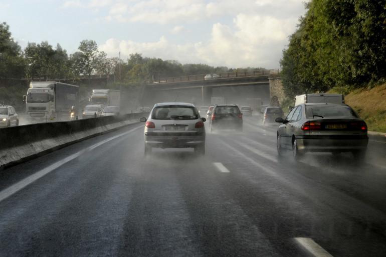 Conduire sous la pluie nécessite quelques précautions.