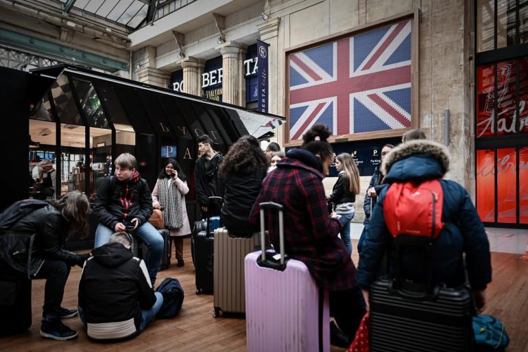 Des voyageurs attendant devant le terminal de l'Eurostar à la Gare du Nord à Paris