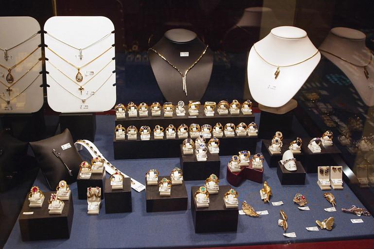 Vue prise le 14 novembre 2003 à Clamart, de bijoux exposés dans une bijouterie de la ville (illustration)