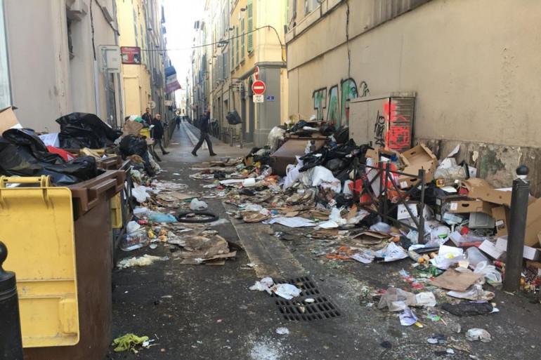 Les déchets s'entassent sur le cours Belsunce, proche du centre de Marseille, ce mardi 4 février