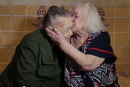 Ioulia et Rozalina Kharitonova, deux soeurs russes, se sont retrouvées 78 ans après avoir été séparées par la guerre