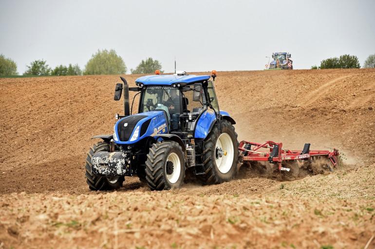 Un agriculteur travaille le sol de ses champs (illustration)