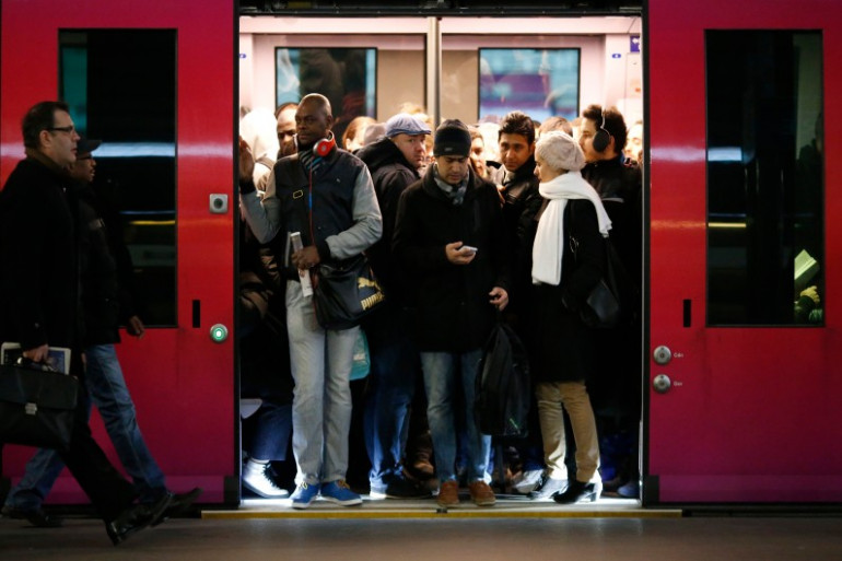 Des passagers dans les transports en commun
