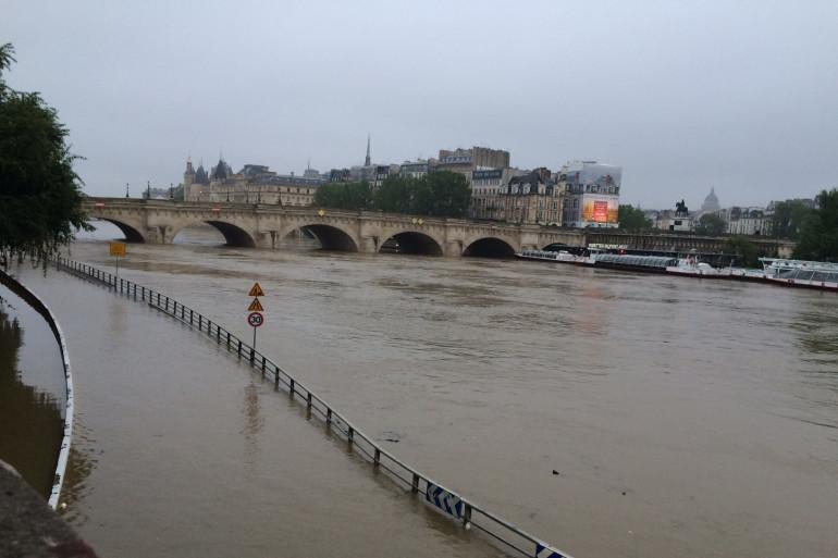 Les voies sur berge inondées par la Seine, à Paris le 1er juin 2016