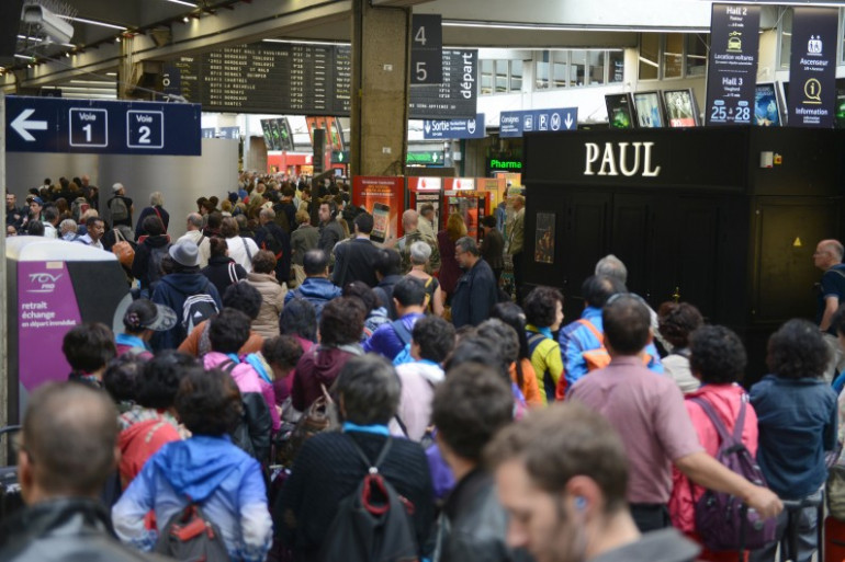 Des passagers bloqués gare Montparnasse à Paris pendant une grève des employés de la SNCF en 2014