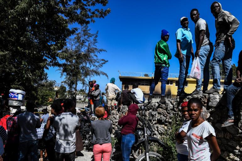 Des haïtiens devant l'orphelinat de Kenscoff après l'incendie.