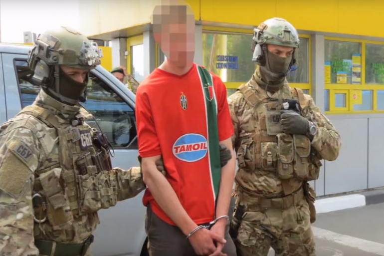 VIDEO - Les images de l'arrestation du suspect français en Ukraine
