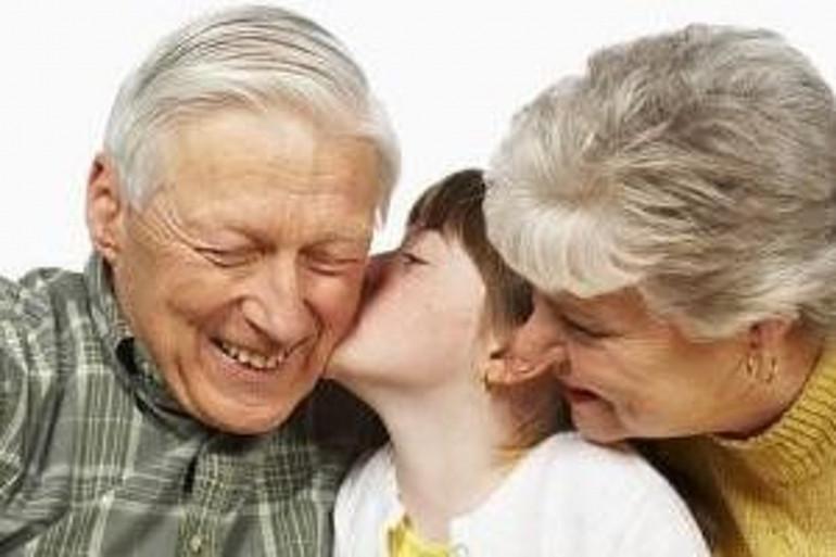 Des grands-parents avec un enfant