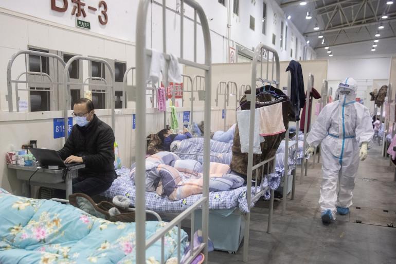 Un homme atteint des symptômes du COVID-19 sur son lit d'un hôpital de Wuhan.
