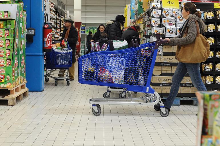 Une personne fait ses courses dans un supermarché (Illustration)
