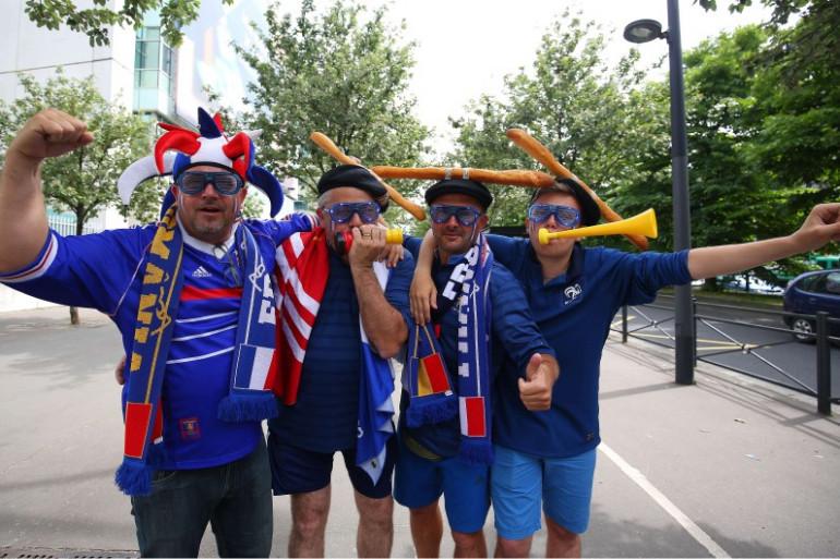 Des supporters des Bleus sur le chemin du Stade de France vendredi 10 juin 2016