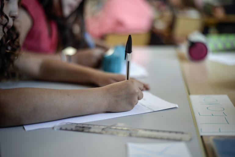 Une élève dans une salle de classe (illustration).