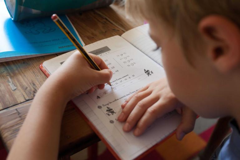 Un enfant faisant ses devoirs à la maison (illustration)