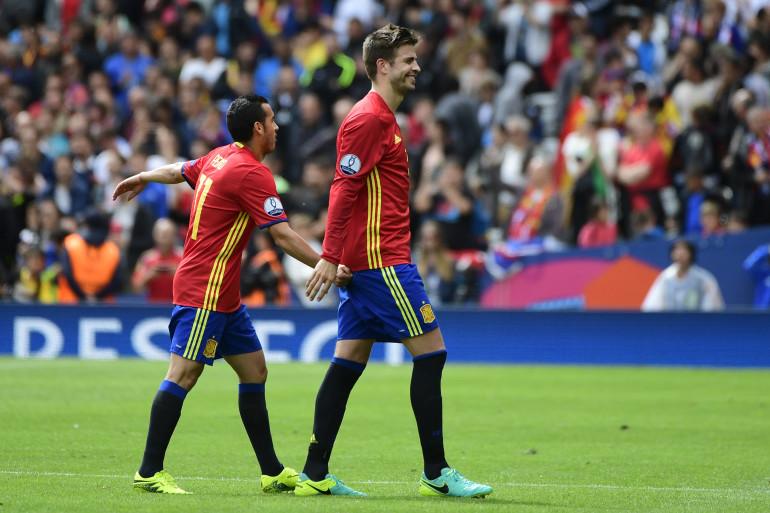 Pedro et le buteur Gerard Piqué lundi 13 juin à Toulouse