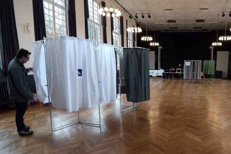 Un isoloir dans un bureau de vote (illustration)