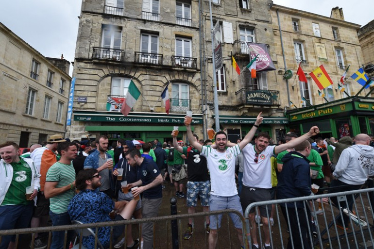 Euro 2016 : Des supporters Irlandais chantent une musique dans le train pour un bébé français
