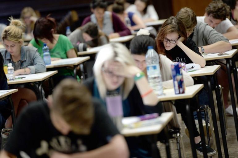 Des lycéens planchent sur une épreuve du baccalauréat