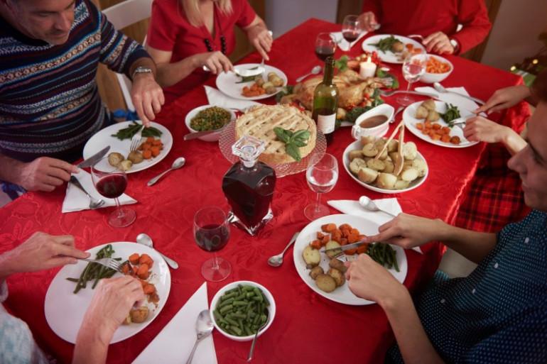 Une famille partage un repas (illustration)
