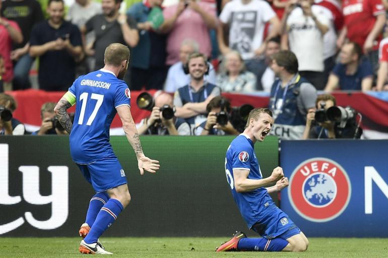 Bödvarsson, félicité par son capitaine Gunnarsson, a ouvert le score pour l'Islande à la 19e minute face à l'Autriche